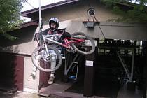 Na lanovce se dají přepravit i kola.