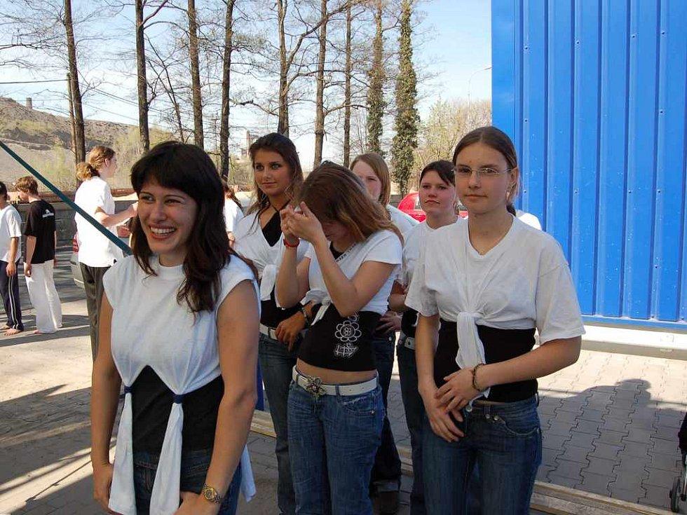 Členky kroužku aerobicu Domu dětí a mládeže v Třinci.