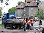 Dělníci i ve středu 6. května pokračovali ve výstavbě nového přechodu pro chodce na Ostravské ulici ve Frýdku-Místku.