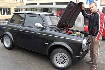 Jan Jurík stojí u svého trabantu. Černý krasavec získal cenu za nejhezčí vůz letošní PVC jaguár rallye.