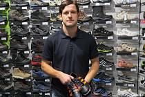 Čeladenský útočník Karel Maceček si v místecké prodejně D-Sport převzal hlavní výhru (kopačky) za nejlépe střílejícího fotbalistu v podzimních krajských soutěžích.