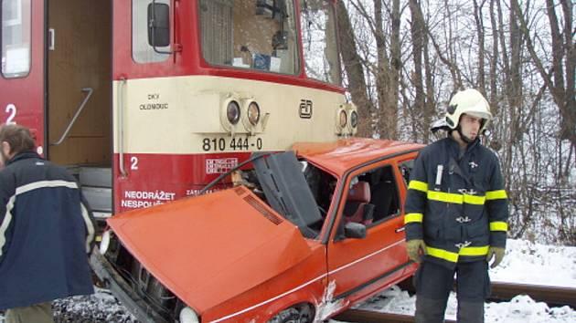 Mezi Ropicí a Českým Těšínem se po desáté hodině střetnul osobní vlak s autem.