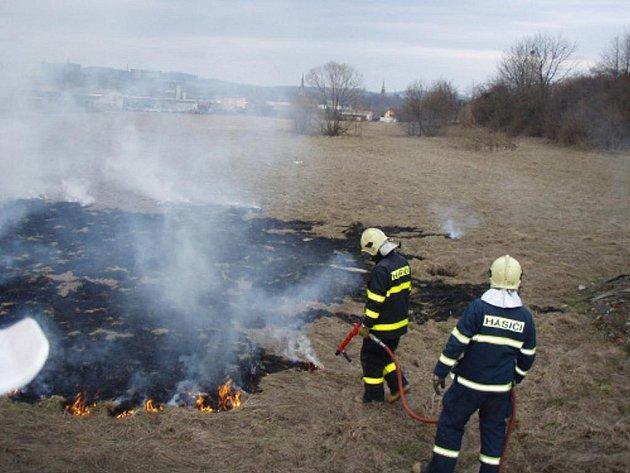 Požár trávy v Třinci.
