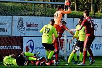 Třinečtí fotbalisté (v červeném) doma podlehli v duelu tabulkových sousedů Ústí nad Labem 0:1.