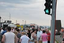 Blokáda hlavní silnice v Hrádku z 15. července.