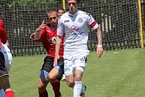 Milan Kerbr (v bílém) si v pohárovém utkání v Heřmanicích oblékl na ruku kapitánskou pásku.