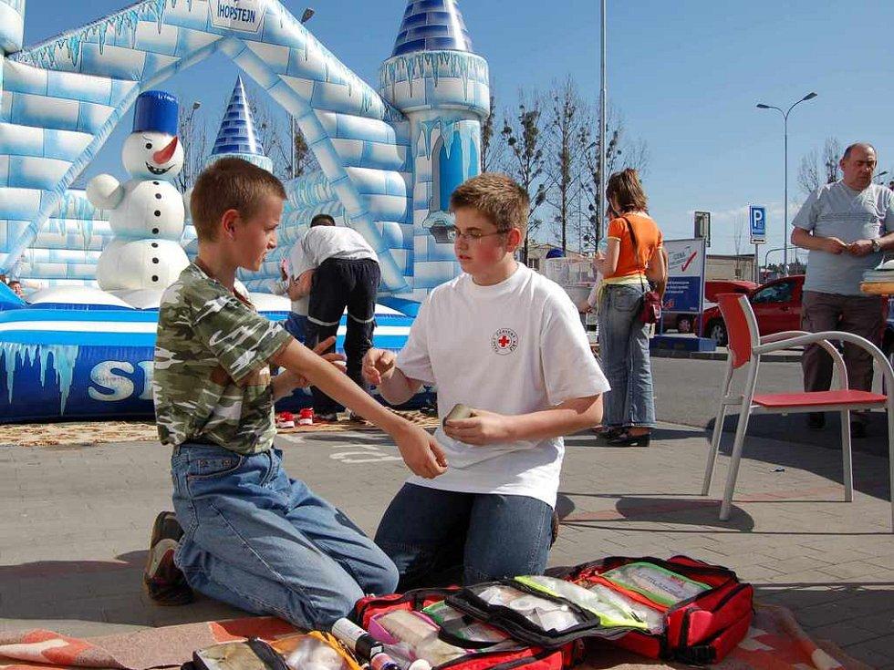 Člen Červeného kříže si povídá s dvanáctiletým Petrem Lackem o první pomoci.