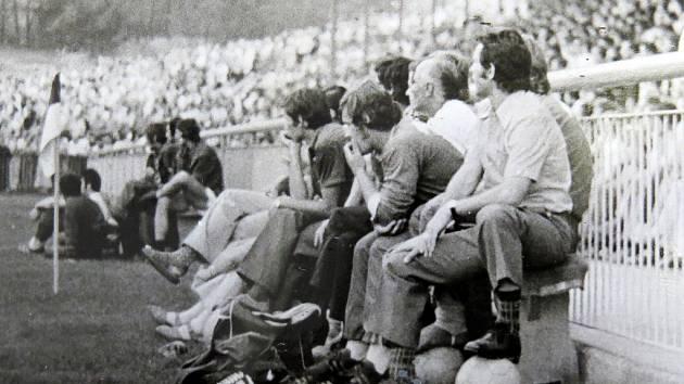 Střídačka frýdecko-místeckých fotbalistů při druholigovém utkání s pražskou Spartou.
