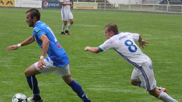Fotbalisté Frýdku-Místku (v modrém) si v přípravě vyšlápli na ligový Baník Ostrava, který porazili 2:1.