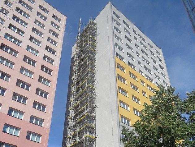 V domě v Ostravské ulici, ve kterém je 75 obecních bytů, prochází opravou všech 60 balkonů.