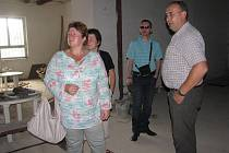 Tady se tancovalo. To není možné, já nevím, co na to říct - tak reagovala 48letá žena (na snímku vlevo) na podobu nedokončeného kulturáku. Vpravo Vladislav Janiczek, vzadu starosta Petr Sagitarius.  Foto: Deník/Marek Cholewa