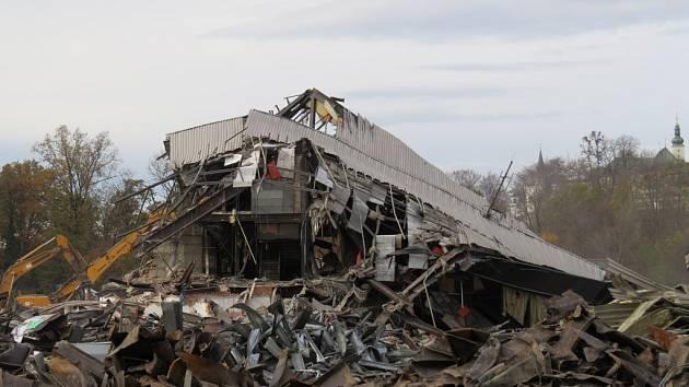 Víceúčelová hala v době demolice.