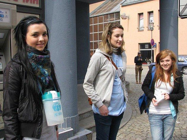 Trojici osmnáctiletých dobrovolnic mohli lidé potkat i na náměstí Svobody v Místku. Zleva Alena Hařovská, Šárka Walczaková a Kateřina Sochová.