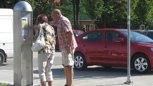 Zdaleka ne všichni řidiči vědí, že při parkování v ulici 8. pěšího pluku před poliklinikou musejí umístit za sklo svého vozu parkovací lístek. Tito motoristé si už ale zvykli.