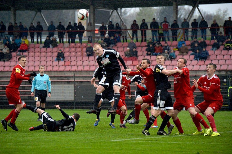 Fotbalisté Třince (v červeném) porazili na domácím trávníku Znojmo 2:1.