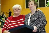 Na nedávném republikovém šampionátu v Plzni byli do Síně slávy uvedeni další bývalí stolní tenisté a tenistky. Ocenění si také převzala Marie Hrachová (vpravo), která cenu obdržela od evropské šampionky z roku 1968 Ilony Voštové-Uhlíkové.