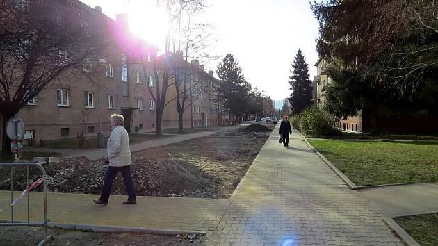 Chodník v Lidické ulici.
