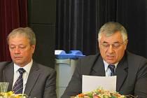 Na snímku je vlevo bývalý starosta Ivan Krupník, vpravo jeho nástupce – Jiří Pasyk.