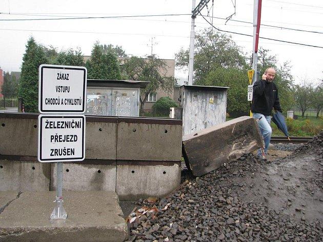 """Přechod přes koleje pod náměstím TGM byl sice zrušen už v červenci, lidé z lokality """"za tratí"""" to ale nerespektují. Jde také o přirozenou spojnici mezi Lyžbicemi a Sosnou."""