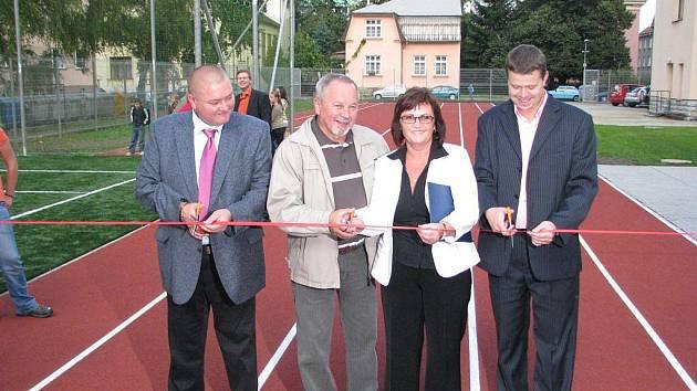 U 4. základní školy na ulici Komenského ve Frýdku-Místku byl ve čtvrtek 1. října slavnostně uveden do provozu nový sportovní areál.