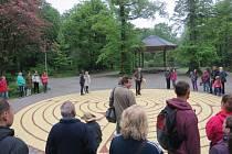 Nová atrakce v sadech Bedřicha Smetany poblíž řeky Ostravice potěšila děti i dospělé. Labyrint měří v průměru přes jedenáct metrů.
