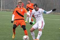 Přípravné utkání mezi fotbalisty Třince (bílé dresy) a jejich rivaly z Frýdku-Místku skončilo smírem 2:2.