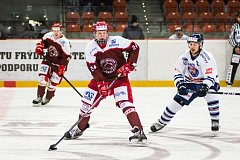 Hokejisté Frýdku-Místku (v červeném) si na vlastním ledě poradili s Benátky 6:3.