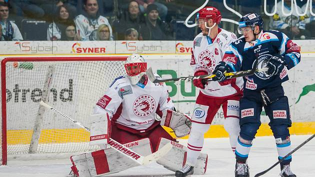 Utkání 45. kola Tipsport extraligy ledního hokeje se odehrálo 30. ledna v liberecké Home Credit areně. Utkaly se celky Bílí Tygři Liberec a HC Oceláři Třinec. Na snímku vpravo Jan Ordoš, vlevo Šimon Hrubec.