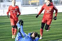 Fotbalisté Třince (v červeném) zakončili přípravné období duelem v polském Zabrze.