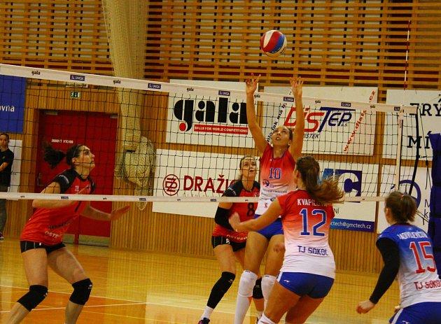 První letošní derby získaly pro sebe volejbalistky Ostravy (v červeném), které ve Frýdku-Místku vyhrály 3:1.