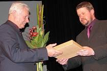 Cenu města letos získaly tři osobnosti, mezi nimi byl Günter Kuboň (vlevo). Na snímku s frýdeckomísteckým primátorem Petrem Cvikem. Lidé mohou v těchto dnech navrhovat další kandidáty.