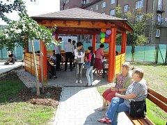Při pobytu na zahradě u třineckého Klubu seniorů se budou moci uživatelé scházet v novém altánu.