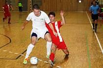 Hodonínský futsalista Jakub Kolařík (v červeném) v pátečním zápase s Třincem srovnal na 1:1. Dukla nakonec doma vyhrála 3:2.