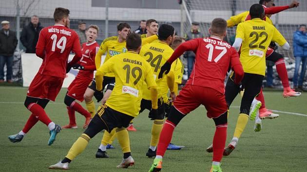 Třinečtí fotbalisté (v červeném) s novými hráči remizovali v Karviné.