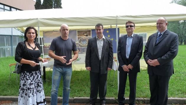 Zahájení výstavby Relax centra Třinec. Uprostřed stojí Milan Rusz, jednatel firmy 1. Třinecká sportovní, která za obřím projektem stojí.