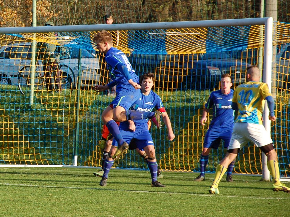 Fotbalisté Dobratic (v modrém) přezimují na prvním místě tabulky.