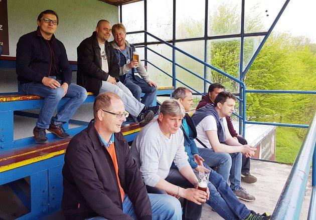 Levá strana lískovecké hlavní tribuny patří domácím fanouškům. Ti tak mají z výšky přehled, co se děje na hřišti.