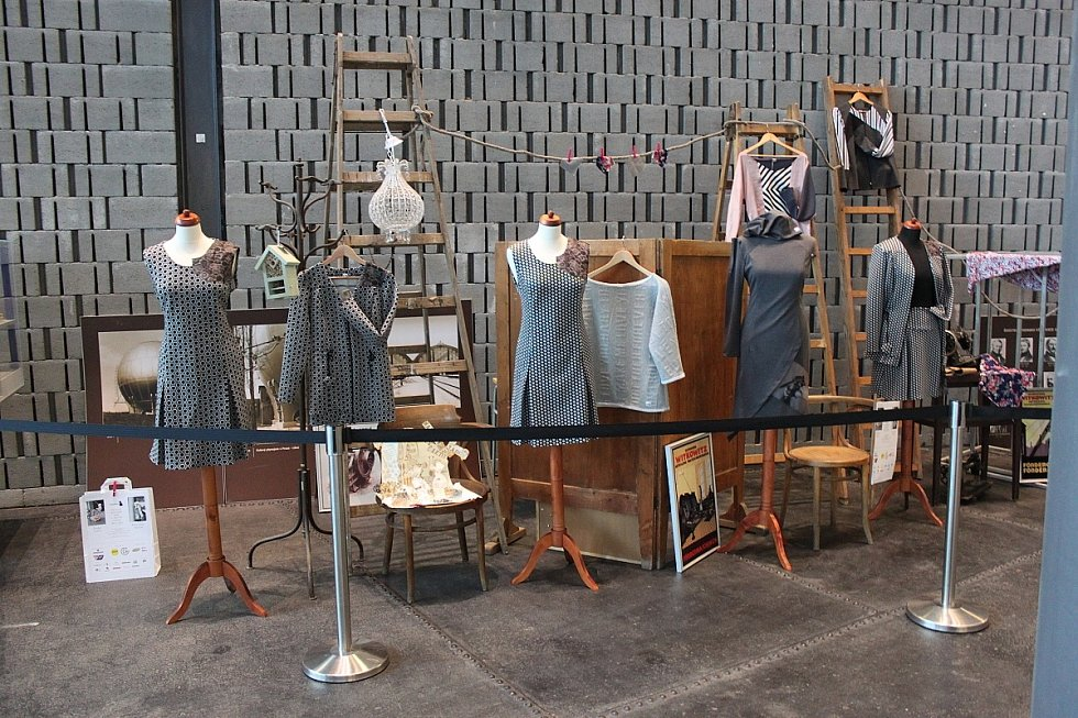 Inéz Bohdanová Bortoliová provozuje stejnojmenný ateliér autorské módy a šperku, navrhuje pod vlastní značkou Martinez.
