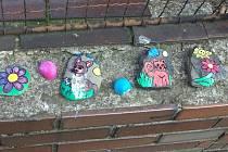 V Mateřské škole Pohádka ve Frýdku-Místku poutá pozornost plot zahrady díky obrázkům, na kterých jsou známé pohádkové postavy.