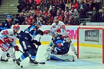 Hokejové finále číslo 3. Třinec (v bílém) bojoval doma proti Liberci.