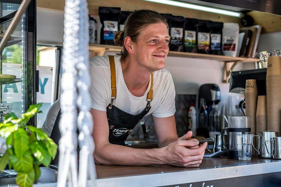 Zrnko kafe otevřel Michal Lička smanželkou Markétou na náměstí vRaškovicích letos vkvětnu.