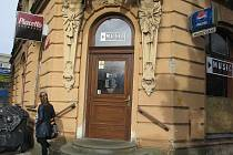 V této kavárně, která se nachází v Hlavní třídě ve Frýdku-Místku, se drzý zloděj zmocnil číšnického fleku a utekl.