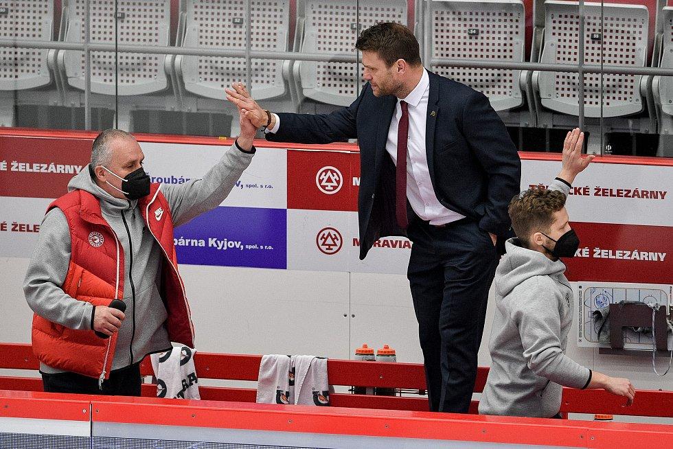 Semifinále play off hokejové Tipsport extraligy - 5. zápas: HC Oceláři Třinec - BK Mladá Boleslav, 11. dubna 2021 v Třinci. (střed) Trenér Třince Václav Varaďa oslavuje.