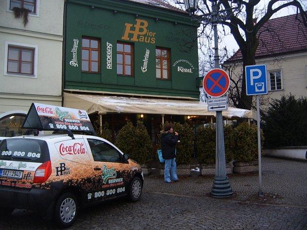 Restaurace Bier Haus je situována v rohu Zámeckého náměstí a v sousedství Frýdeckého zámku.