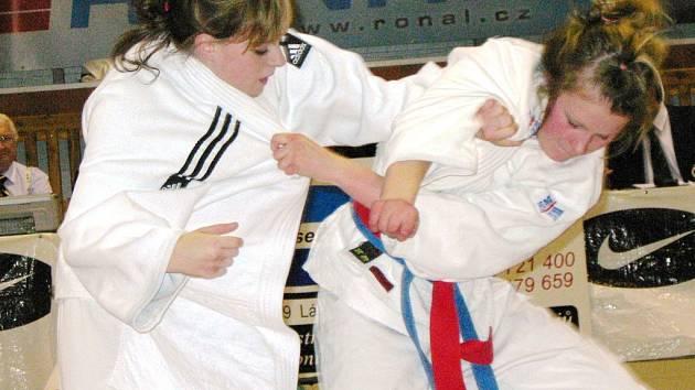 Nikola Kesová (vpravo) bojuje ve finále s Pražankou Neužilovou.