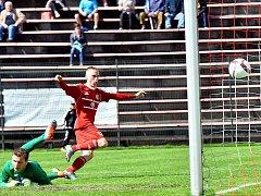 Třinecký obránce Martin Janošík (s rukama nahoře) se právě raduje ze své vůbec první vstřelené branky v profesionální soutěži.