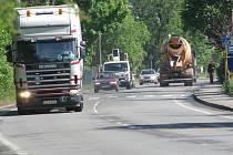 Frýdecká ulice v Třinci. Řidiči kamionů dřív jezdili přes centrum města, aniž by jim hrozil výrazný postih. Od čtvrtka už ale musí dodržovat zákazové značky.