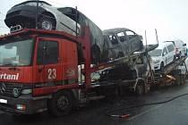 Požár zachvátil kamion, který převážel nové automobily