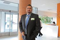 Jan Jakeš ve vestibulu školy.