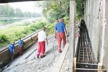 Během minulého týdne týdne provedli stavebníci pod mostem v Malém Koloredově betonáž. Stékající voda a následný sesuv půdy byly příčinou toho, že došlo k pohybu a zvednutí betonových desek.